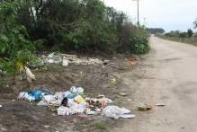Estrada do Engenho tem lixo acumulado dias após a limpeza