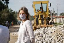 Prefeita vistoria obras de pavimentação no Getúlio Vargas