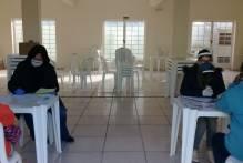Prefeitura entrega alimentos a famílias da Vila Farroupilha