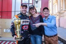 Piloto Gabriel Robe comemora vitória com Paula e Idemar