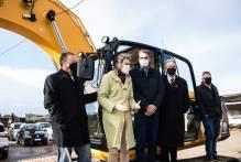 Município recebe escavadeira hidráulica para a frota rural