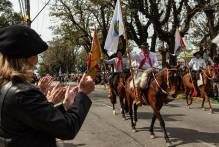 Desfile Farroupilha homenageia Paixão Cortes e lota a avenida Bento Gonçalves