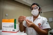 Profissionais de saúde e idosos começam a ser vacinados contra o coronavírus em Pelotas