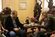 Prefeita recebe livro que embasa a criação da Unidade de Conservação do Pontal da Barra