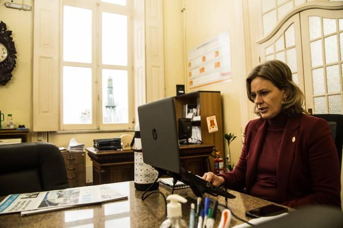 Prefeita avalia ações de enfrentamento à pandemia em videoconferência da Azonasul