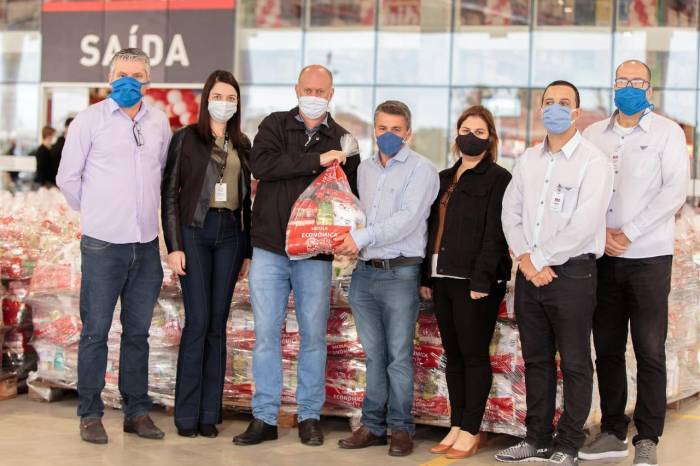 Novo estabelecimento da cidade doa 1,5 mil cestas básicas