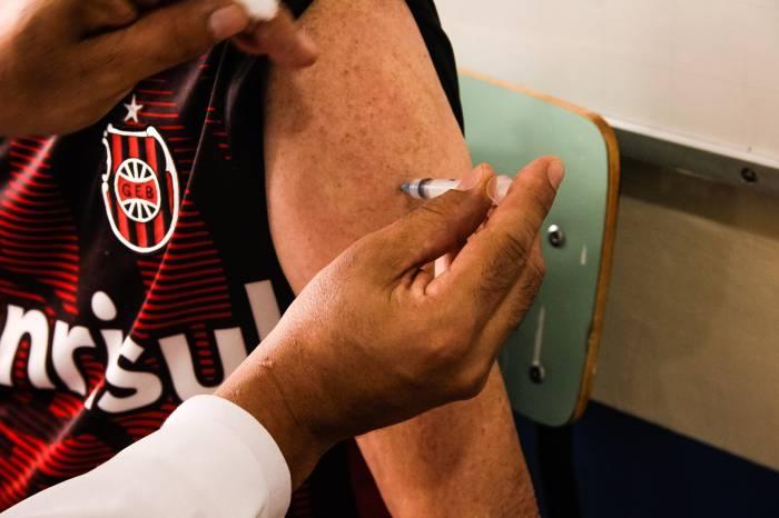 Mais de 1.300 idosos de 79 e 78 anos recebem 2ª dose da vacina
