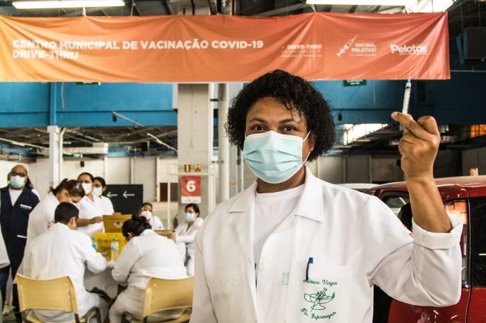 1.324 idosos complementam a imunização nesta sexta-feira