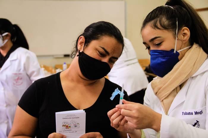 Prefeitura imuniza mais de 1,3 mil pessoas em dois locais