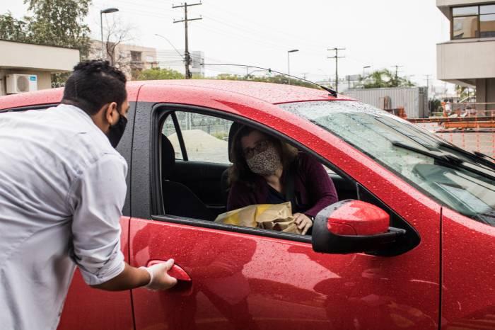 Drive thru no Foro garante distanciamento seguro na doação de roupas