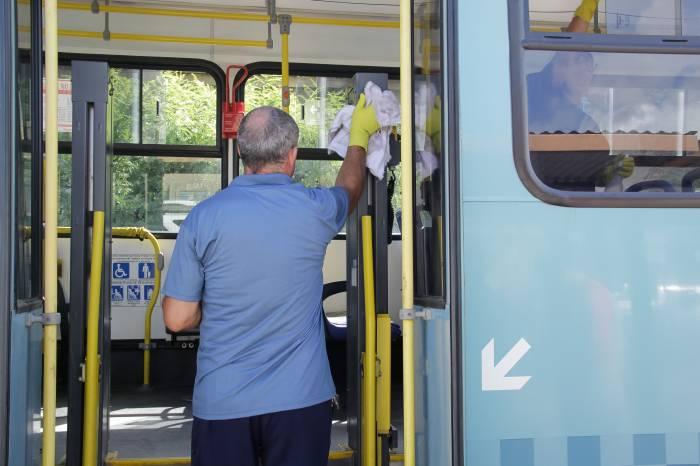 Ônibus são higienizados com álcool isopropílico e desinfetante