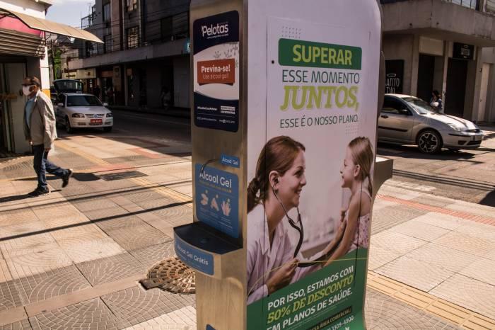 Novo dispensador de álcool gel é instalado no Calçadão