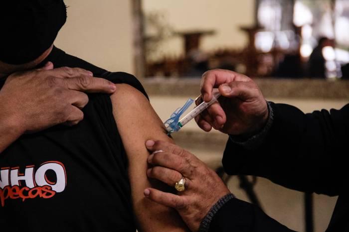 Prefeitura vacina mais de 1,6 mil pessoas nesta sexta-feira