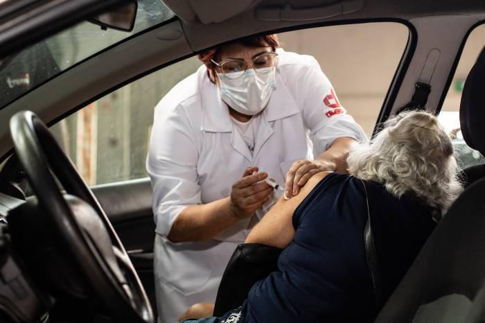 Mais de 1,1 mil idosos foram imunizados nesta segunda-feira