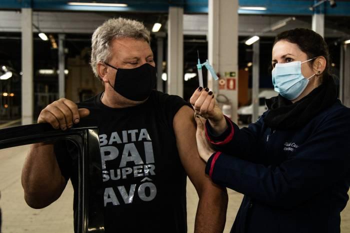 Vacinação por faixa etária continua em Pelotas