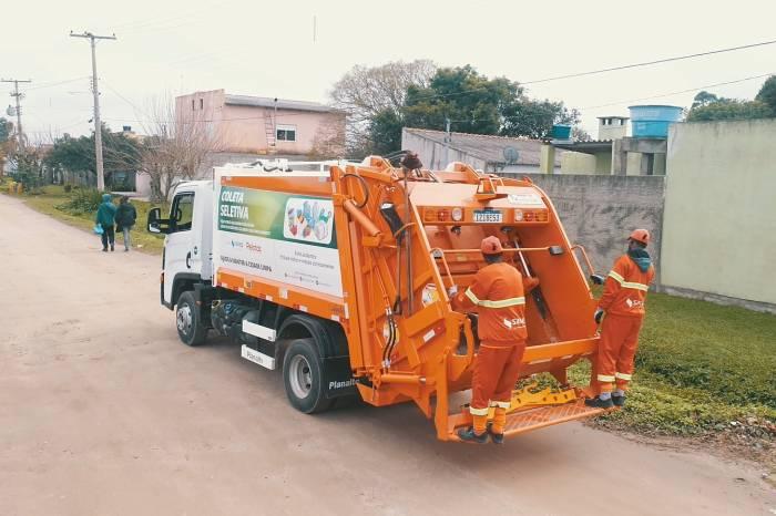 Caminhões da coleta de lixo levam aviso de prevenção aos bairros