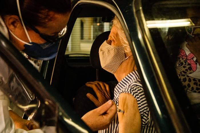 Mais de dois mil idosos são vacinados nas ações desta quarta-feira