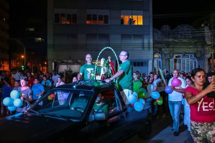 Caminhão com a imagem de São Jorge desfila pelas ruas nesta quinta-feira