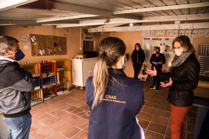 Paula conversa com servidores em visita ao Cras Fragata