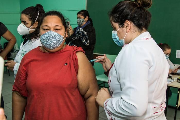 Mais de 1,9 mil pessoas são vacinadas nesta terça-feira