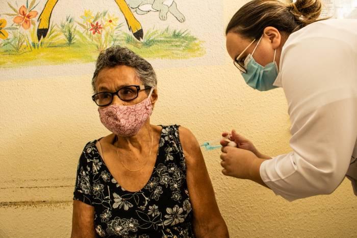 Final de semana será de drive-thru para vacinação de idosos