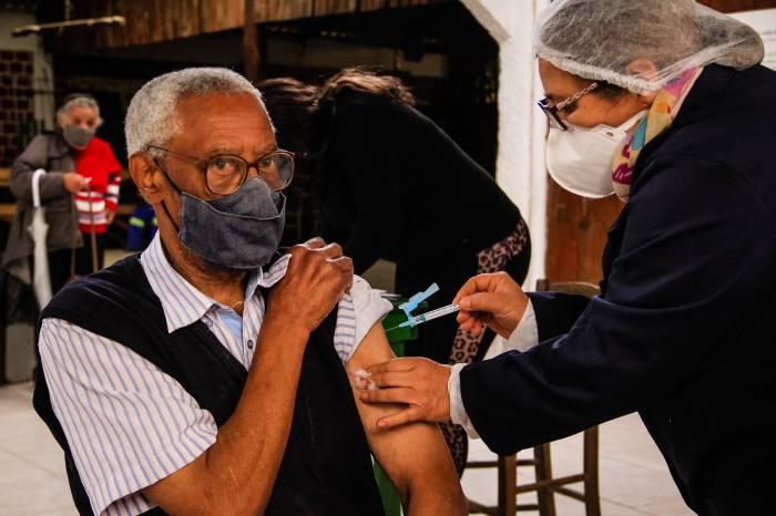 Pelotas retoma aplicação da 2ª dose contra a Covid-19 para idosos