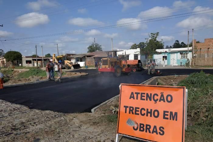 Começa o asfaltamento de trecho da rua Manoel Antônio Peres no Dunas