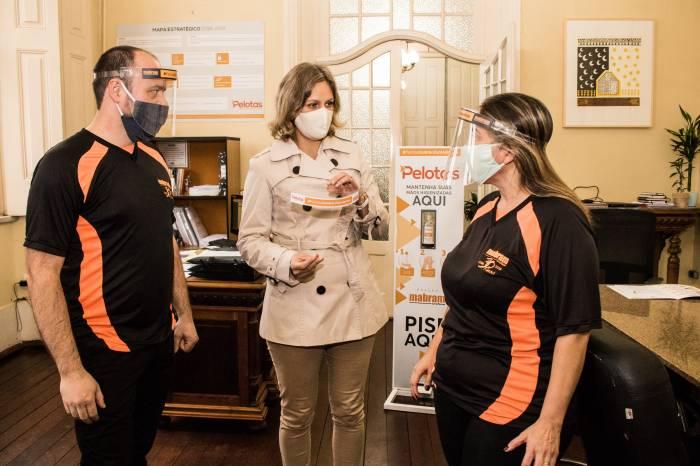 Mabram Troféus doa 50 unidades de máscaras face shield para a Prefeitura