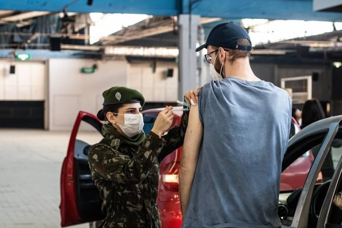 Vacinação avança para pessoas com menos de 30 anos em Pelotas