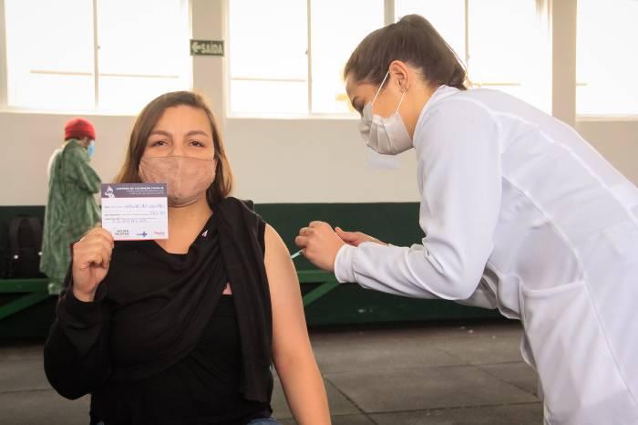 Público com 27 anos é vacinado nos bairros nesta sexta-feira