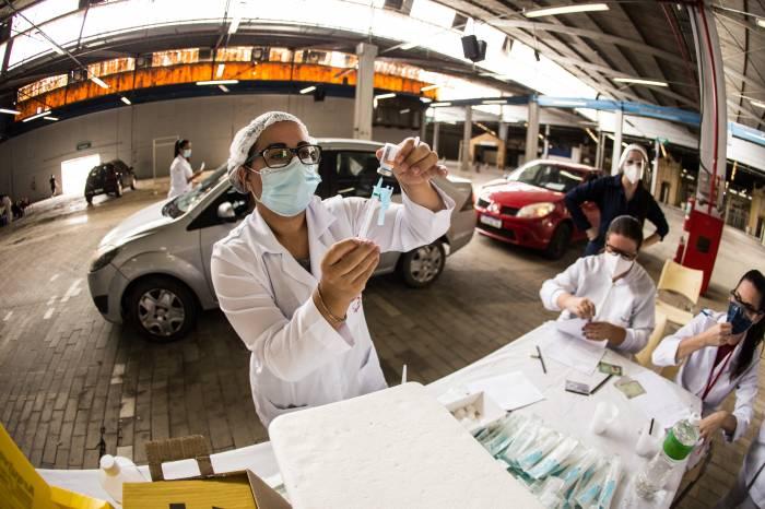 Vacinação de profissionais da saúde está suspensa nesta terça-feira