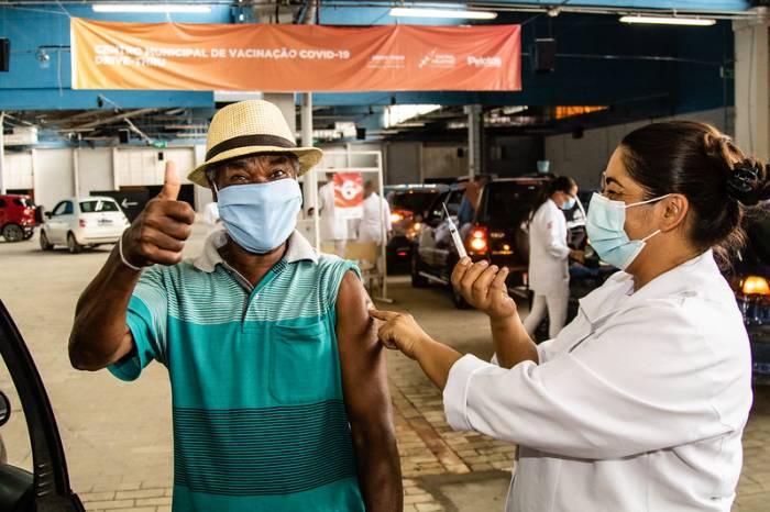 Mais de 1,4 mil idosos recebem vacina contra a Covid-19
