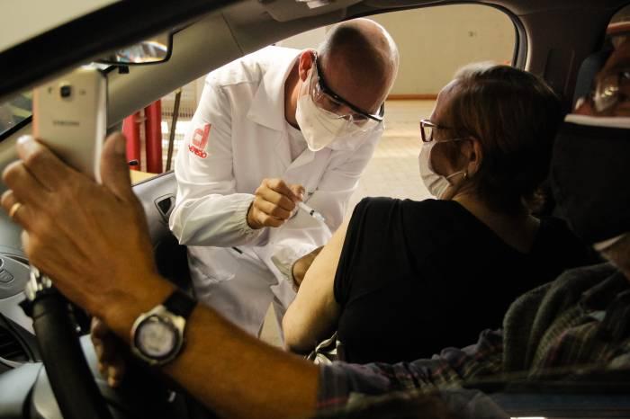 Drive-thru: mais de 1,6 mil idosos são vacinados nesta segunda-feira