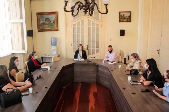 Paula debate conjuntura com representantes de escolas privadas