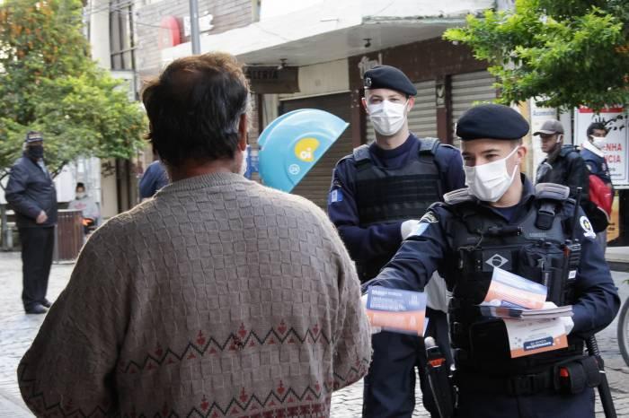 Operação Fila Segura coíbe aglomerações e distribui 3 mil máscaras
