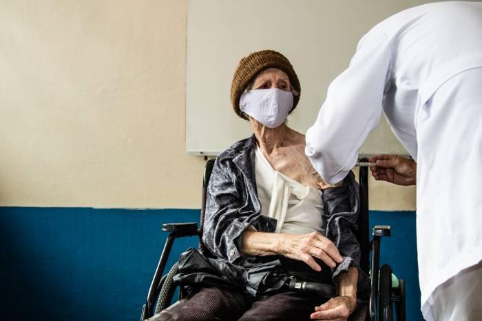 Vacinação de idosos com 76 anos ou mais chega aos bairros