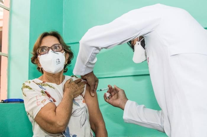 Pelotas é a cidade que mais vacina entre as dez maiores do Estado
