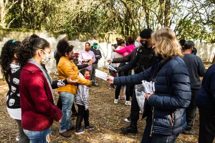 Prefeita entrega máscaras para comunidade do loteamento Santa Cecília