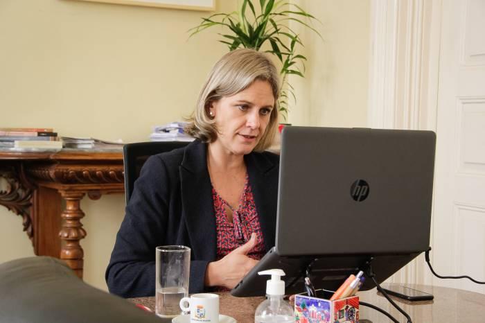 Paula acompanha reunião da Famurs com governador do Estado