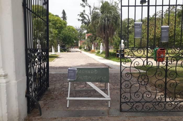 Locais públicos são fechados como medida de combate à pandemia
