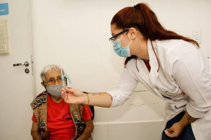 Mais de 600 pessoas são vacinadas nesta quinta-feira