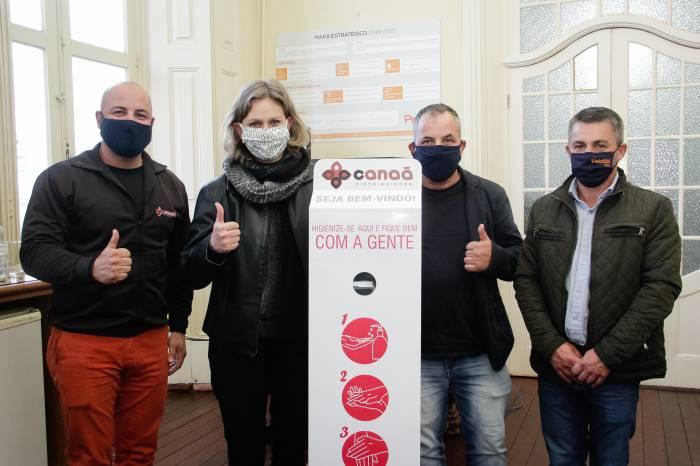 Canaã distribuidora doa dispenser de álcool gel para Prefeitura