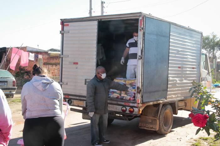 Moradores da Vila Nova e Governaço recebem alimentos