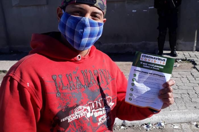 Moradores do Anglo recebem máscaras e orientações