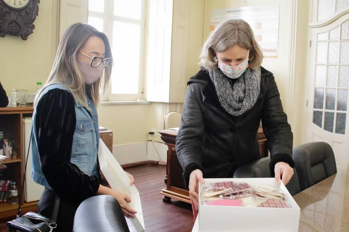 Lojista doa máscaras para utilização em serviços sociais