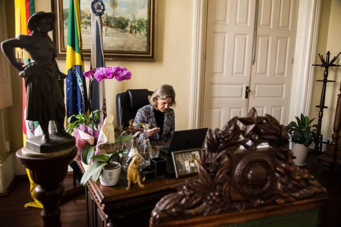 Prefeita Paula faz reunião online com secretariado