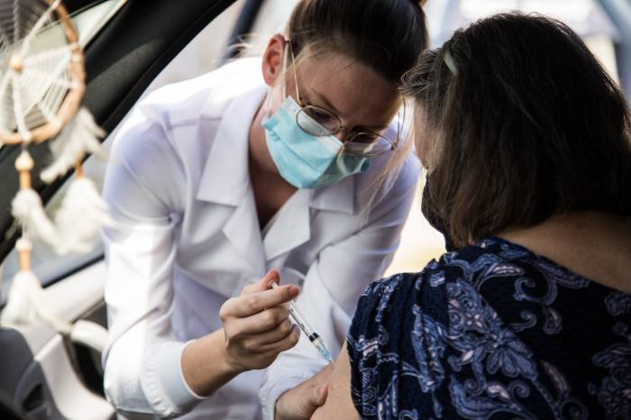 Idosos de 80 a 84 anos ou mais recebem 2ª dose da vacina no sábado