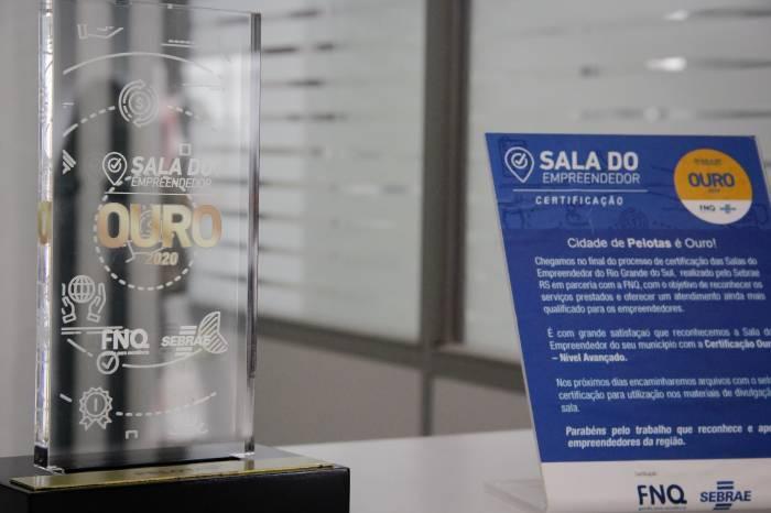 Prefeita entrega prêmio Selo Ouro para servidores da Sala do Empreendedor