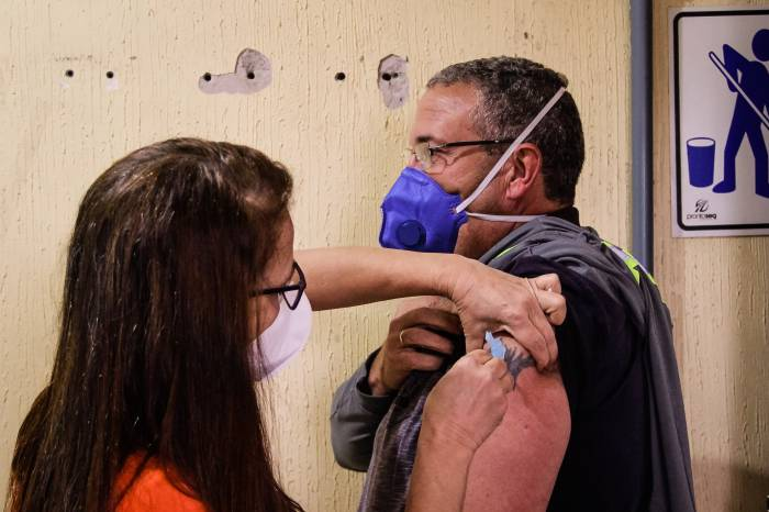 Prefeitura imuniza trabalhadores da limpeza urbana contra a Covid-19