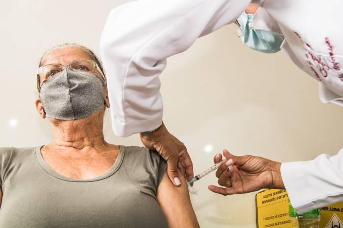 Vacinação contra Covid é retomada nesta segunda